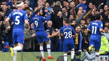 Para pemain Chelsea merayakan gol yang dicetak Gonzalo Higuain ke gawang Watford pada laga Premier League di Stadion Stamford Bridge, London, Minggu (5/5). Chelsea menang 3-0 atas Watford. (AFP/Ben Stansall)