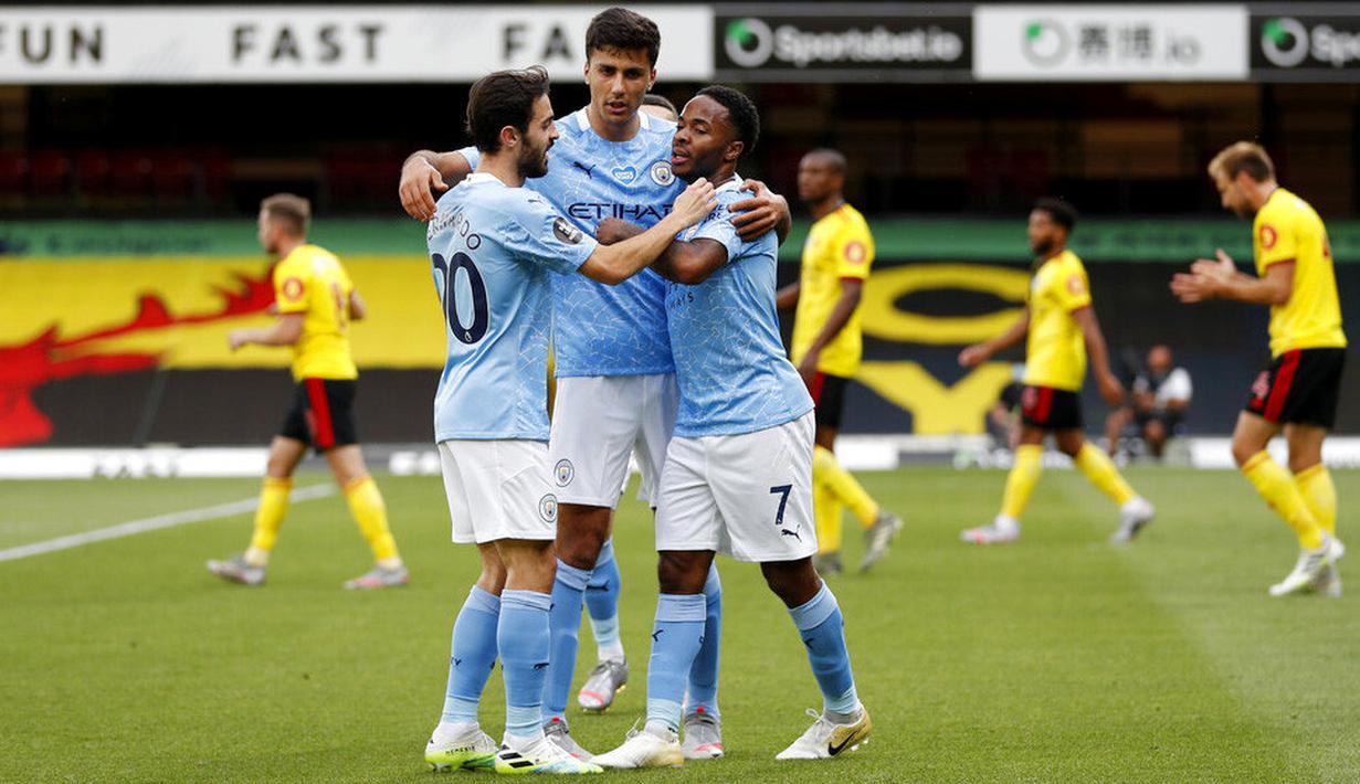 Para pemain Manchester City merayakan gol yang dicetak oleh Raheem Sterling ke gawang Watford pada laga Premier League di Stadion Vicarage Road, Selasa (22/7/2020). Manchester City menang dengan skor 4-0. (Adrian Dennis/Pool via AP)