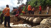 Petugas PT KAI tengah memperbaiki rel kereta api Bogor-Sukabumi yang menggantung akibat tanah landasannya ambrol pada Rabu (3/1/2019) sore.