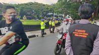 Tim mobile Covid-19 Hunter Kota Malang menyasar pengendara di jalan raya yang kedapatan tidak memakai masker (Liputan6.com/Zainul Arifin)