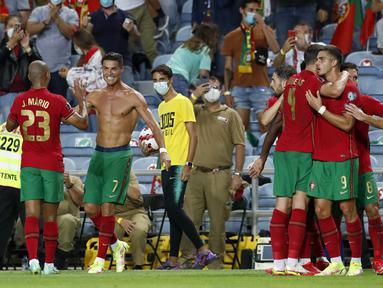 Pemain Portugal Cristiano Ronaldo (tengah) melakukan selebrasi usai mencetak gol ke gawang Irlandia pada pertandingan kualifikasi grup A Piala Dunia 2022 di Stadion Algarve, luar Faro, Portugal, Rabu (1/9/2021). Ronaldo mencetak dua gol saat Portugal menang 2-1. (AP Photo/Armando Franca)