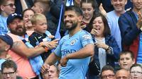 Ekspresi striker Manchester City, Sergio Aguero, usai mencetak gol ke gawang Huddersfield, Sabtu (19/8/2018).  (AFP / Lindsey Parnaby)