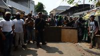 Massa yang diredam oleh anggota TNI untuk mencegah kerusuhan susulan di Jalan KS Tubun, Petamburan, Jakarta, Rabu (22/5/2019). Aparat keamanan berhasil menghalau massa aksi 22 Mei yang sebelumnya berkumpul di kawasan tersebut. (merdeka.com/Imam Buhori)