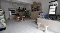 Pustakawan saat berjaga di Perpustakaan Yayasan Mitra Netra, Jakarta, Selasa (3/12/2019). Adanya perpustakaan ini diharapkan para disabilitas dapat menempuh pendidikan mandiri, berkualitas, dan terwujudnya kehidupan tunanetra yang bermakna dalam masyarakat inklusif. (merdeka.com/Iqbal S Nugroho)