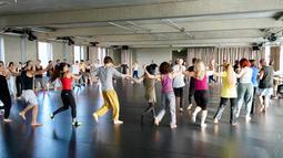 Antusiasme para peserta saat belajar menari tradisional Arab Dabke di Berlin, Jerman, Minggu (15/4). (AP Photo/Jona Kallgren)