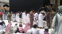 Jemaah haji antre mencium Hajar Aswad di Kakbah, Makkah. Khoiron/Kemenag