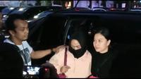 Salah satu perempuan di video viral berisi ancaman penggal kepala Jokowi digiring ke Polda Metro Jaya. (Ronald/Merdeka.com)