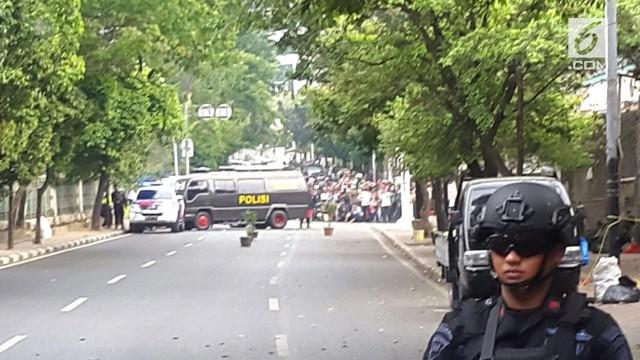 Sebuah kardus mencurigakan ditemukan di kawasan Palmerah, Jakarta Pusat. Polisi menutup jalanan hingga menyebabkan macet panjang.