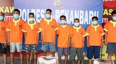 Pelaku penyerangan terhadap petugas Bea Cukai Riau memakai baju tahanan Polresta Pekanbaru.
