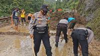 Material longsor sempat menutup akses jalan penghubung Kebumen-Banjarnegara. (Foto: Liputan6.com/Polres Kebumen)