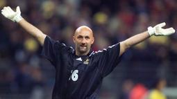 Fabien Barthez - Penjaga gawang ini pernah menyabet juara Liga Champion ketika bersama Marseille tahun 1992. Selain itu, ketika bersama Timnas Prancis, ia mampu menjuarai Piala Dunia 1998, lalu pada tahun 2002 bersama Setan Merah ia mampu memboyong piala Liga Inggris. (Foto: AFP/Patrick Hertzog)