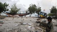 Sejumlah kapal nelayan yang terdampar pasca gelombang Tsunami Selat Sunda di Dusun Tiga Regahan Lada, Pulau Sebesi, Lampung Selatan, Minggu (30/12). Sebagian warga mengungsi ke Kalianda. (Liputan6.com/Herman Zakharia)