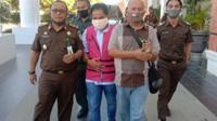 Foto: Mantan Kepala Cabang Bank NTT Cabang Surabaya, Adi Leba saat digiring ke Rutan Kupang (Liputan6.com/Ola Keda)