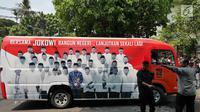 Minibus tim pemenangan Joko Widodo-Ma'ruf Amin diberangkatkan untuk wilayah Jawa Barat dari Menteng, Jakarta, Senin (27/8). Sebanyak lima kendaraan ini nantinya akan digunakan selama kampanye Pilpres 2019. (Liputan6.com/Herman Zakharia)