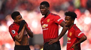 Para pemain Manchester United tampak kecewa usai dikalahkan Cardiff pada laga Liga Inggris di Stadion Old Trafford, Manchester, Minggu (12/5). MU kalah 0-2 dari Cardiff. (AFP/Oli Scarff)
