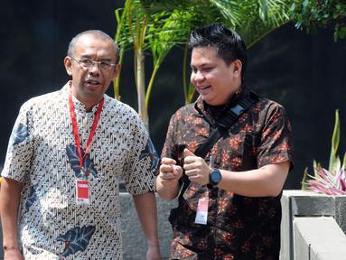 Sekretaris Kementerian Pemuda dan Olahraga (Sesmenpora) Gatot Sulistiantoro Dewa Broto (kiri) usai menjalani pemeriksaan penyidik di Gedung KPK, Jakarta, Jumat (26/7/2019). Gatot diperiksa untuk penyelidikan kebijakan Menpora Imam Nahrawi dari 2014 hingga 2019. (merdeka.com/Dwi Narwoko)