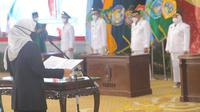 Khofifah melantik 6 pasangan calon terpilih pilkada di Jatim. (Dian Kurniawan/Liputan6.com)