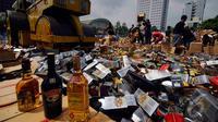 Kanwil Bea Cukai Jakarta memusnahkan 50.334 botol minuman keras, 2760 liter ethyl alkohol, 415.456 batang rokok dan 15.144 botol kosong, Jakarta, Kamis (18/12/2014). (Liputan6.com/Johan Tallo)