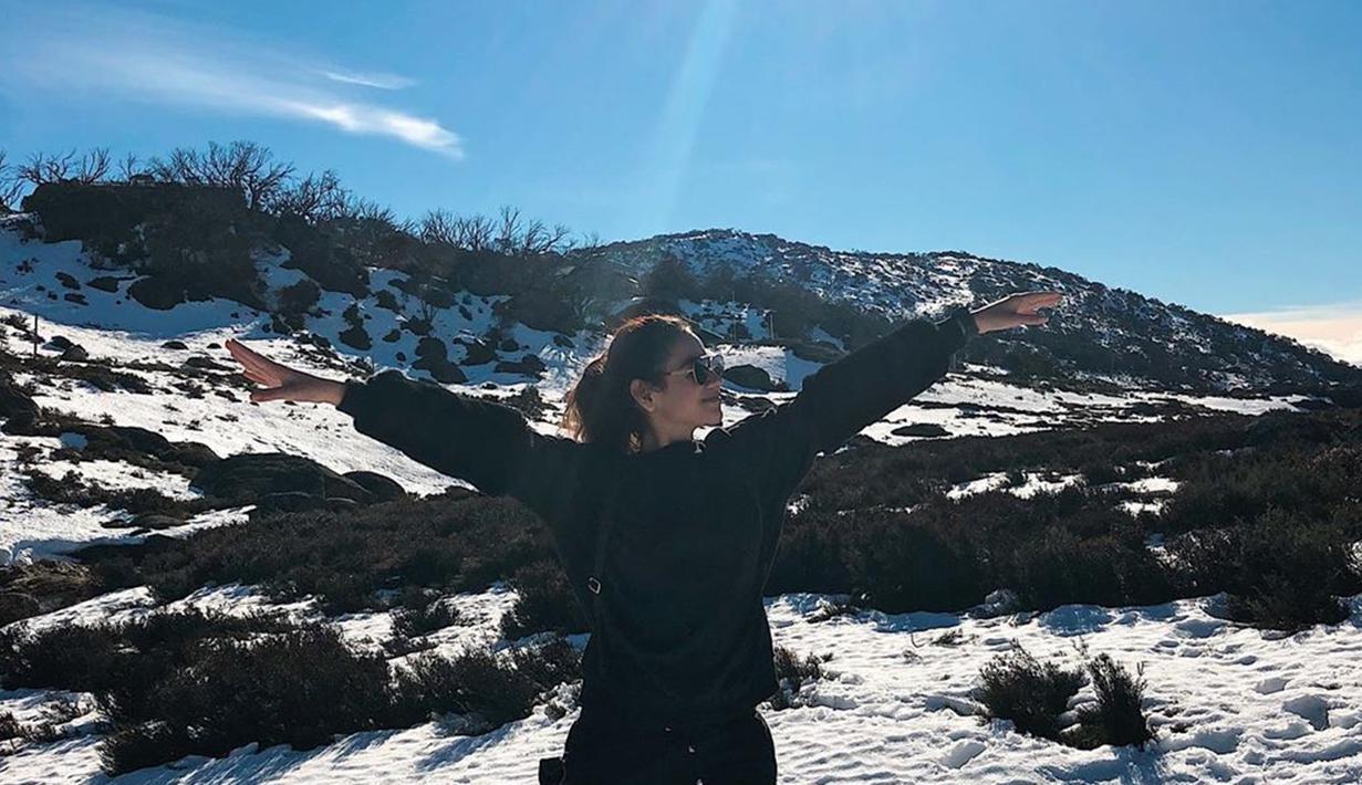 Mantan kekasih Kevin Julio ini Juni silam mengunjungi Negeri Kangguru. Ada beberapa destinasi yang ia pilih untuk melepas penat, salah satunya di Perisher Valley. Ia pun menikmati pemandangan salju di tengah terik matahari. (Liputan6.com/IG/sahilahisyam)