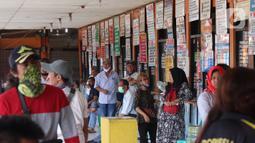 Calon penumpang menunggu bus di Terminal Kali Deres, Jakarta Barat, Rabu (10/6/2020). Salah satunya dengan mengurangi layanan tatap muka dengan konsumen dengan mendorong transaksi pembelian tiket secara daring. (Liputan6.com/Angga Yuniar)