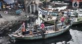 Aktivitas nelayan di kawasan pesisir Cilincing, Jakarta, Senin (1/6/2020). Pemerintah menyiapkan bantuan untuk 1,1 juta nelayan terdampak Covid-19 melalui program Bantuan Langsung Tunai (BLT) sebesar Rp600 ribu per kepala keluarga tiap bulannya. (merdeka.com/Iqbal S. Nugroho)
