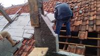 Puluhan atap rumah di Bogor rusak diterjang puting beliung.