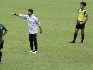 Pelatih Timnas Indonesia U-22, Indra Sjafri, memberikan instruksi. (Bola.com/Yoppy Renato)