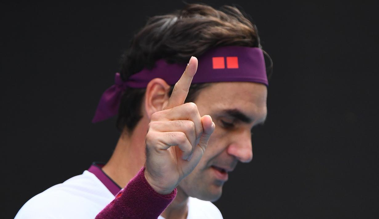 Petenis Swiss, Roger Federer, merayakan kemenangan atas petenis AS, Tennys Sandgren, pada perempat final Australia Open 2020 di Melbourne, Selasa (28/1). Federer menang 6-3, 2-6, 2-6, 7-6 (10-8), 6-3 atas Sandgren. (AFP/William West)