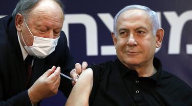 Perdana Menteri Israel Benjamin Netanyahu menerima vaksin Virus Corona COVID-19 di Sheba Medical Center di Ramat Gan, Israel pada 19 Desember 2020. (Photo credit: Amir Cohen/Pool via AP)