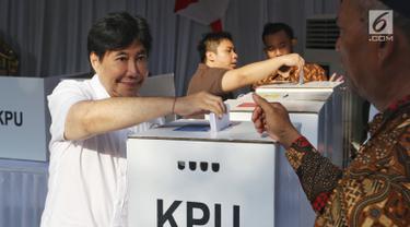 Putra presiden pertama Soekarno, Guruh Soekarnoputra memasukkan surat suara ke dalam kotak seusai mencoblos di TPS 002 Selong, Kebayoran Baru, Jakarta Selatan, Rabu (17/4). Guruh menggunakan hak pilihnya dalam Pemilu 2019 di TPS yang sama dengan Cawapres 02 Sandiaga Uno. (Liputan6.com/Johan Tallo)