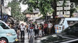 Warga saat menyaksikan petugas kepolisian menyemprotkan cairan disinfektan menggunakan kendaraan meriam air di Kawasan Petamburan, Jakarta, Minggu (22/11/2020). (merdeka.com/Iqbal S. Nugroho)