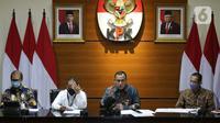 Ketua Komisi Pemberantasan Korupsi, Firli Bahuri (kedua kanan) saat mengumumkan hasil penilaian dalam rangka pengalihan status kepegawaian di Gedung KPK, Jakarta, Rabu (5/5/2021). Dari 1.351 pegawai KPK yang mengikuti tes wawasan kebangsaan, 75 orang tidak lulus. (Liputan6.com/Helmi Fithriansyah)