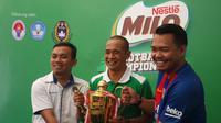 Syamsir Farid dari Asprov PSSI Sulawesi Selatan, Kurniawan Dwi Yulianto, dan Donny Wahyudi dari MILO saat konferensi pers MILO Football Championship 2017 di Makassar, Sabtu (8/4/2017). (Bola.com/Benediktus Gerendo Pradigdo)