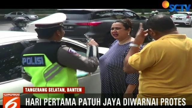 Setelah memberi pemahaman, polisipun mengambil diskresi atau kebijakan dengan menilang SIM pengemudi.