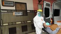 Rumah Sakit Hasan Sadikin (RSHS) Bandung menggelar simulasi penanganan pasien terduga infeksi virus Corona atau Covid-19. (Liputan6.com/Huyogo Simbolon)