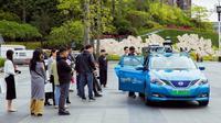 Warga mencoba RoboTaxi, sebuah taksi otonomos yang dikembangkan oleh WeRide, di Guangzhou, ibu kota Provinsi Guangdong, China selatan, pada 28 November 2019. (Xinhua/WeRide)