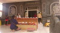 Umat Buddha sedang menjalankan ibadah di Vihara Sakyakirti Kota Jambi, Rabu (26/5/2021). Pada perayaan Waisak tahun 2021, ibadah digelar secara terbatas di Vihara dan di rumah masing-masing. (Liputan6.com/gresi plasmanto)