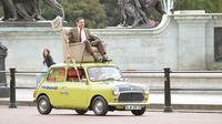 Aksi mengendarai British Leyland Mini 1000 berlangsung di sekitaran Istana Buckingham.