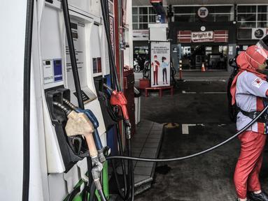 Petugas mengisi bahan bakar jenis Biosolar pada kendaraan di SPBU Pertamina di Jakarta, Rabu (17/2/2021). Pemerintah terus berupaya menekan impor bahan bakar minyak, di antaranya melalui program mandatori biodiesel yang ditingkatkan menjadi B30 sejak awal tahun lalu. (merdeka.com/Iqbal S. Nugroho)