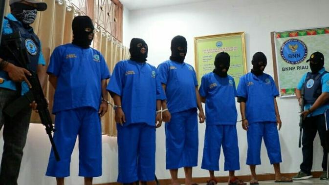Lima kaki tangan dua napi di Lapas yang ditangkap BNN Provinsi Riau. (Liputan6.com/M Syukur)#source%3Dgooglier%2Ecom#https%3A%2F%2Fgooglier%2Ecom%2Fpage%2F%2F10000