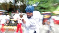 Salah peserta mempromosikan olahraga rekreasi Gasing pada ajang promosi Tafisa Games 2016 di Jalan Sudirman, Jakarta, (25/9/2016). (Bola.com/Nicklas Hanoatubun)