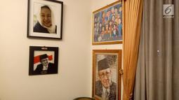 Koleksi foto dan lukisan di rumah duka Presiden ke-3 RI BJ Habibie, Patra Kuningan, Jakarta, Rabu (11/9/2019). BJ Habibie meninggal setelah mendapatkan perawatan intensif selama beberapa hari terakhir. (Liputan6.com/Angga Yuniar)