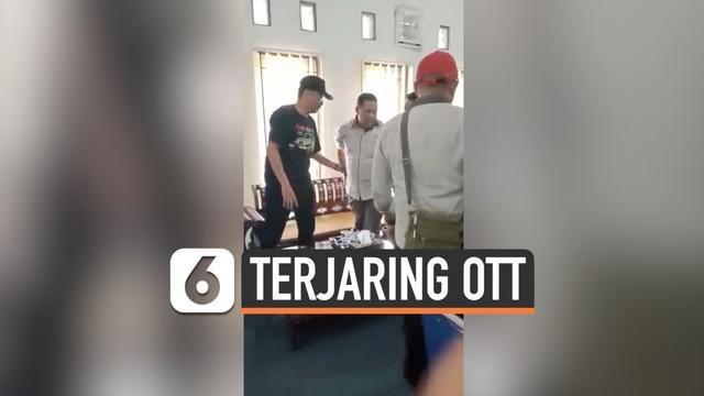 Tim intel Kejaksaan Negeri Mataram melakukan operasi tangkap tangan terhadap Kepala Dinas Pariwisata Lombok Barat. Pelaku diduga melakukan pungutan liar.
