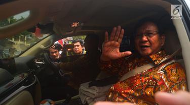 Ketua Umum Gerindra Prabowo Subianto melambaikan tangan usai melakukan pertemuan dengan Ketua Umum Partai Demokrat Susilo Bambang Yudhoyono (SBY) di Mega Kuningan, Jakarta, Kamis (9/8). Pertemuan berlangsung tertutup dan singkat. (Merdeka.com/Imam Buhori)