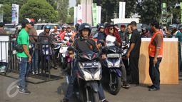 Ribuan Pemotor padati kawasan Senayan untuk mendaftarkan diri sebagai pengojek GrabBike di Senayan, Jakarta, Rabu (12/8/2015). Lowongan kerja sebagai pengojek online tersebut merupakan peluang kerja baru bagi masyarakat. (Liputan6.com/Gempur M Surya)