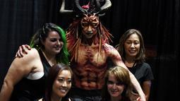 Make up artis berpose dengan model hasil riasannya saat acara ScareLA 'Monsters Come Together' di Los Angeles, California (6/8). Acara ini juga menjadi ajang berkumpulnya bagi para penggemar film horor. (AFP Photo/Mark Ralston)