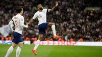 Penyerang Inggris, Raheem Sterling (kanan) berselebrasi usai mencetak hattrick saat pertandingan melawan Republik Ceko pada grup A babak kualifikasi Euro 2020 di stadion Wembley di London (22/3). Inggris menang telak atas Ceko 5-0. (AP Photo/Tim Irlandia)