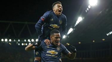 Gelandang Manchester United, Anthony Martial, merayakan gol yang dicetaknya ke gawang Arsenal bersama Jesse Lingard pada laga Piala FA di Stadion Emirates, London, Jumat (25/1). Arsenal kalah 1-3 dari MU. (AFP/Ian Kington)