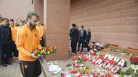Para pemain AS Roma memberikan penghormatan untuk 96 fans Liverpool yang meninggal dalam insiden Hillsborough, Senin (23/4/2018). (Twitter/AS Roma)