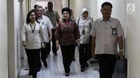 Menteri Kesehatan Nila Moeloek menjenguk pasien yang dicurigai terkena penyakit difteri di Rumah Sakit Penyakit Infeksi (RSPI) Prof Dr Sulianti Saroso, Jakarta, Senin (11/11). (Liputan6.com/Faizal Fanani)
